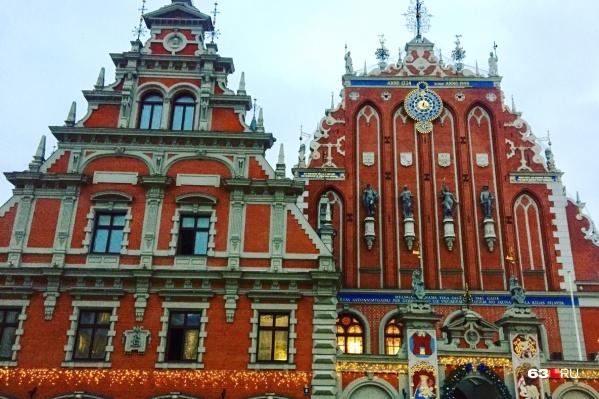 Дом Черноголовых — одна из достопримечательностей Риги. Находится на Ратушной площади в центре города