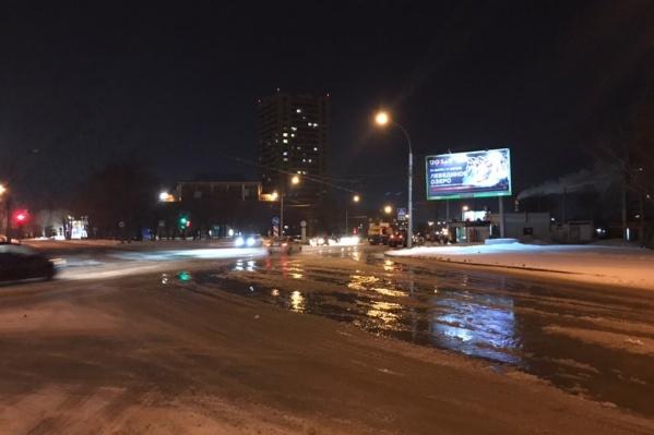 По словам очевидцев, вода спускается в сторону площади Труда