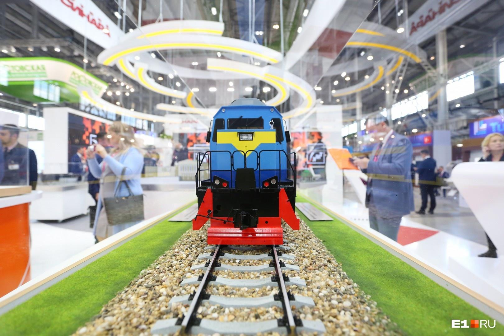 На стенде «Синары» стоят макеты поездов, которые точно понравятся мальчикам