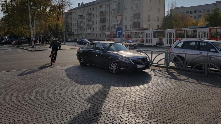 «Я паркуюсь как...»: автохамы ровным строем и кирпич на лобовом стекле от «вежливых» соседей