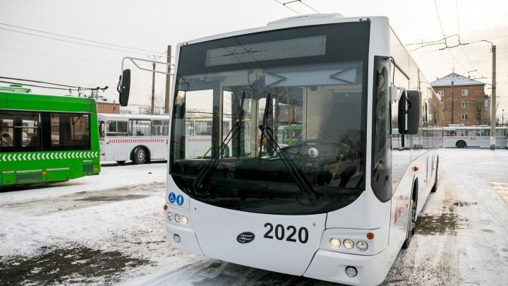 USB-зарядки, видеонаблюдение и автономный ход: чиновники показали новый троллейбус за 15 миллионов
