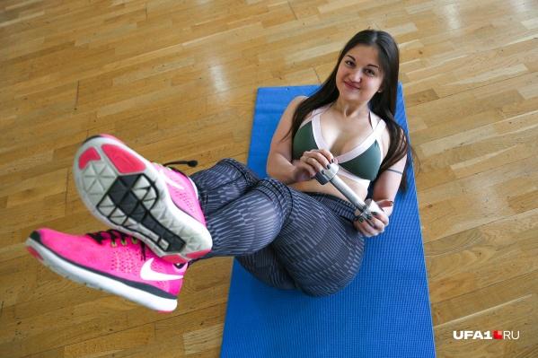 Тренировка не должна наводить тоску — попробуйте в деле веселые упражнения от Алины и проработайте пресс играючи