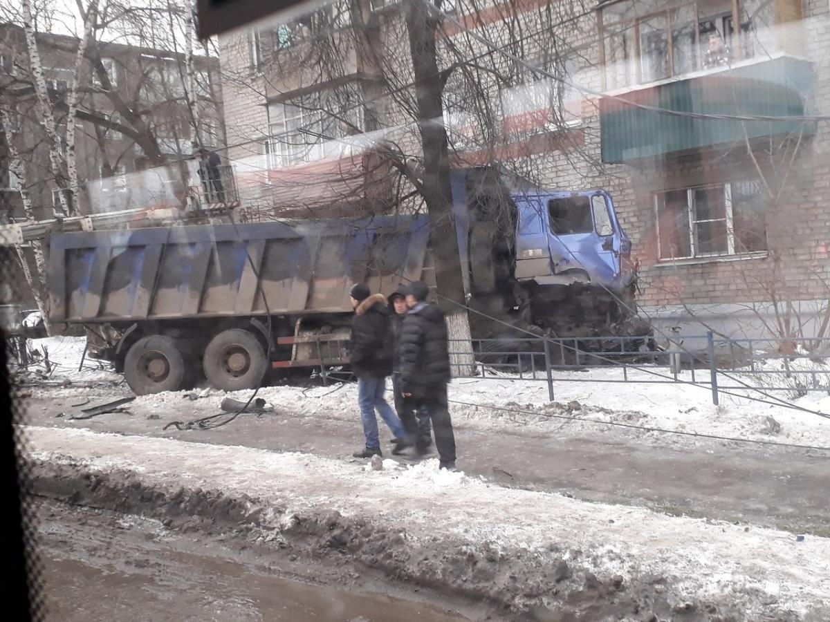 Массовое ДТП вНижнем Новгороде: уКамАЗа отказали тормоза
