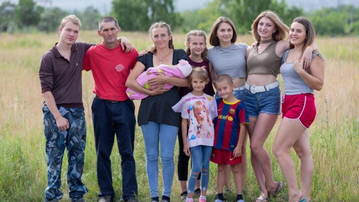 «Рожать ради денег — абсурд»: пара из Челябинска с 6 детьми живёт в бане и строит дом на выселках