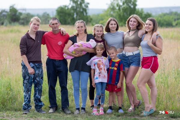 Самой старшей дочери Григорьевых 20 лет, а младшей — всего пять месяцев. Летом в семье гостят ещё и племянники