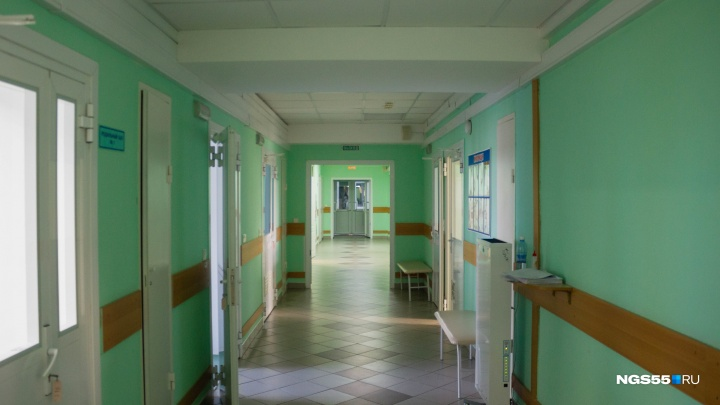 Омичи обвинили сотрудников роддома в том, что роженицы лежат в коридорах