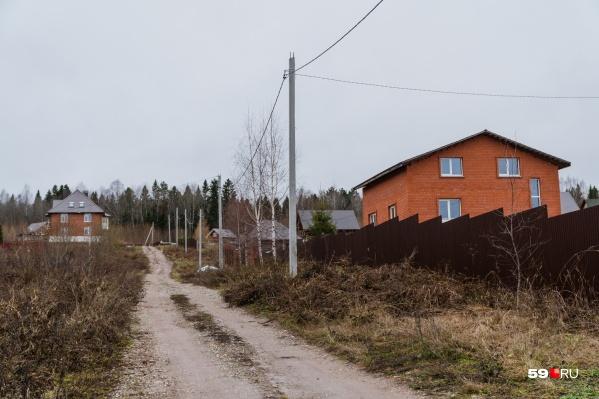 По проекту железная дорога должна пройти практически через этот дом в деревне Тупице