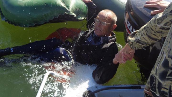 В Веселовском районе спасли рыбака, выпавшего из опрокинувшейся лодки
