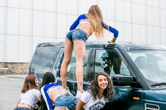 Девушки из группы поддержки мыли машины болельщиков возле ЛДС