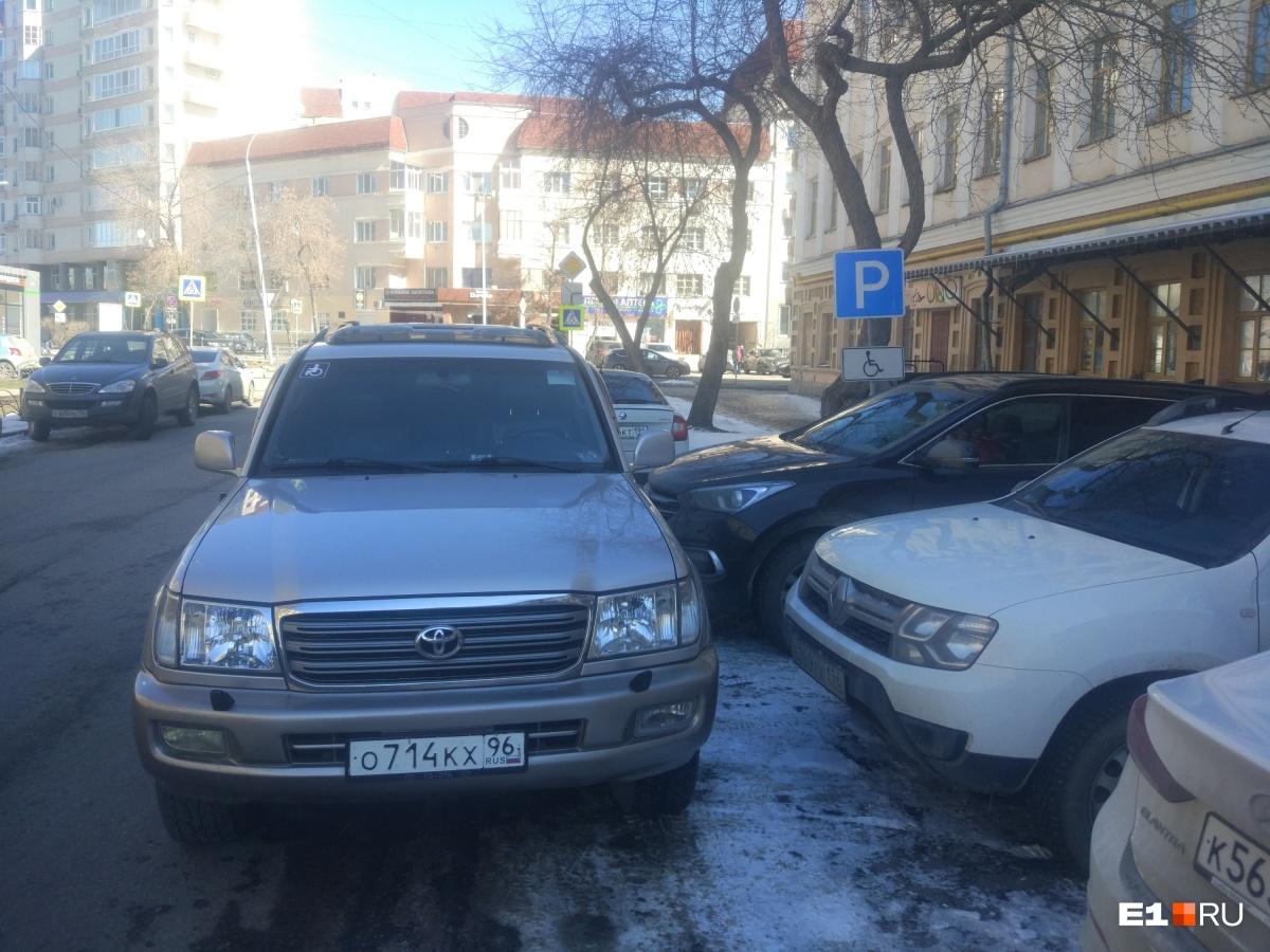 Водитель Toyota Land Cruiser со знаком инвалида на стекле перекрыл припаркованный черный внедорожник в знак протеста. Владелец Toyota решил, что какой-то водитель незаконно поставил машину на месте для инвалидов. Но был один нюанс...