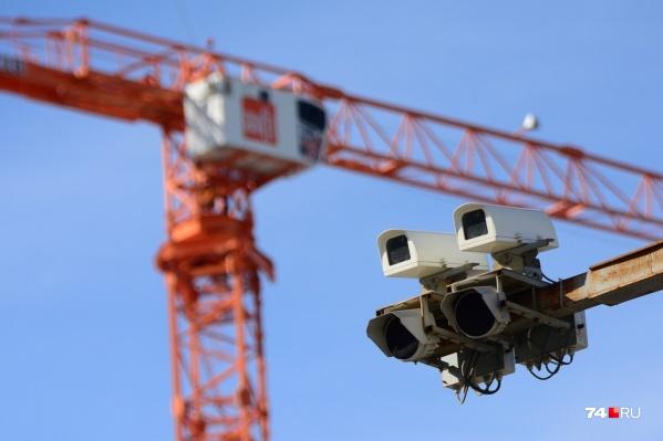 В основном камеры «Ростелекома» висят над проезжей частью на выносных фермах и хорошо видны издалека