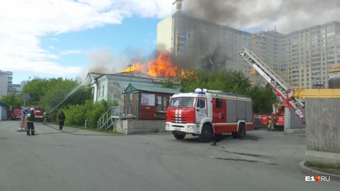 Здание загорелось сегодня, 18 июня