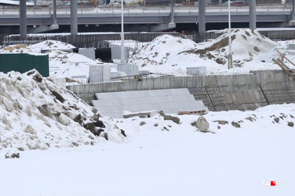 Зимой работы идут не быстро, но строители обещают успеть привести в порядок территорию к лету