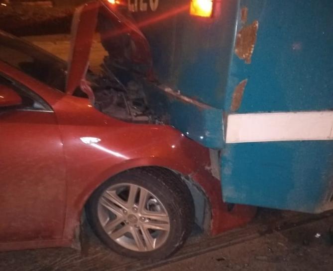 У машины повреждена передняя часть