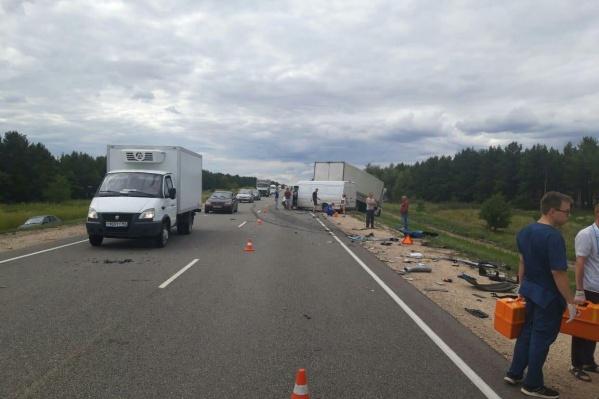 Обломки машин раскидало на несколько метров