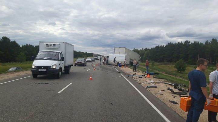 Две фуры, легковушка и микроавтобус столкнулись на московской трассе в Волгоградской области