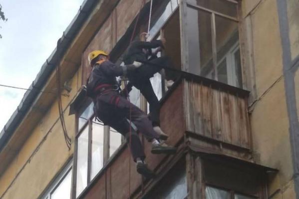 Спасатели сняли мужчину с помощью специального снаряжения