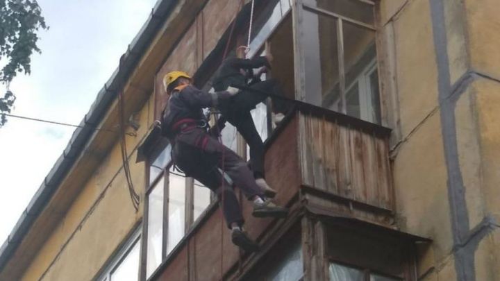 Хотел спуститься к соседям: в Уфе спасателям пришлось вызволять мужчину, застрявшего на карнизе дома