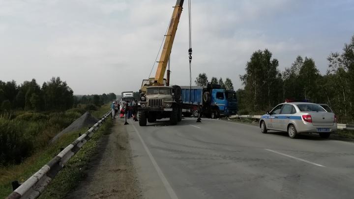 «Пробки на несколько километров»: на трассе М-5 в Челябинской области перевернулся грузовик с щебнем
