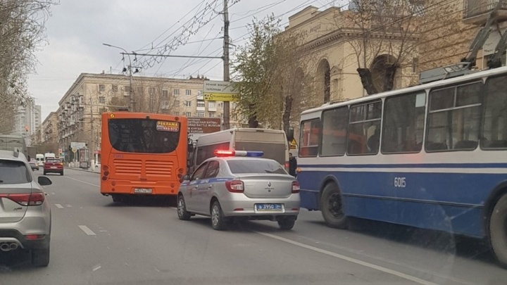 «Пронеслись две скорые»: в центре Волгограда столкнулись маршрутка и автобус