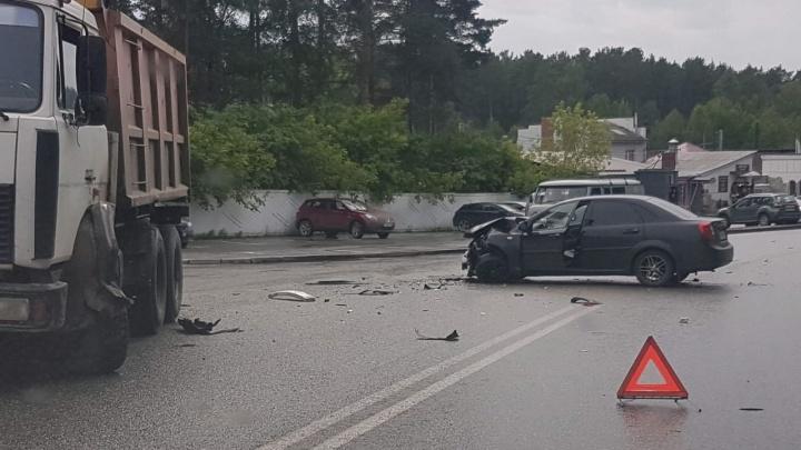 У Широкореченского кладбища столкнулись две легковушки и грузовик