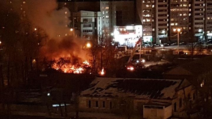 """На месте будущего """"золотого"""" автовокзала загорелось одноэтажное здание"""