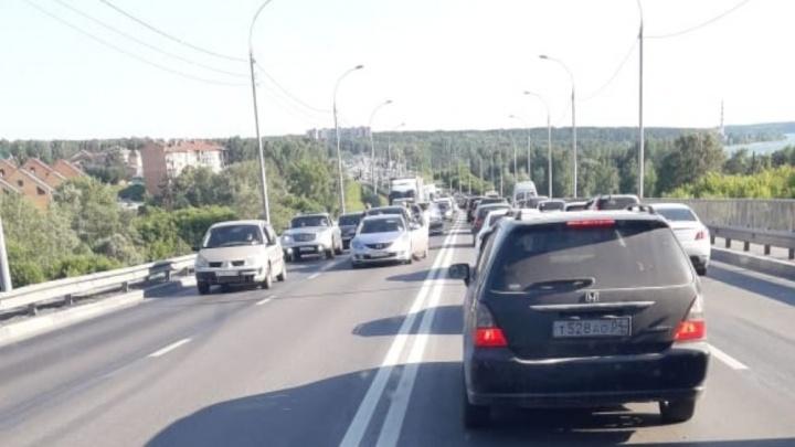 Водители встали в длинную пробку из-за аварии на Бердском шоссе