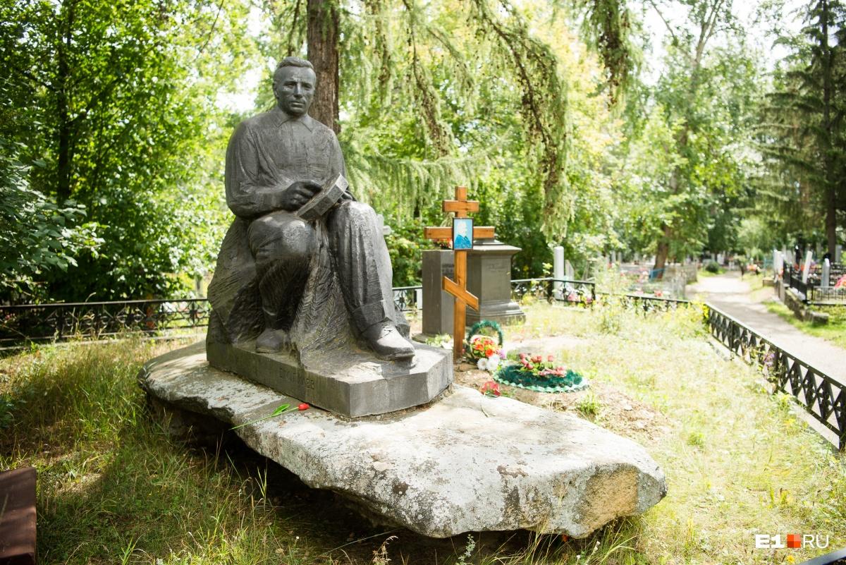 Рядом похоронен его отецСемен Михайлович Гилев. Он был начальником цеха чугунного литья. Скульптуру Александр Гилев создал сам