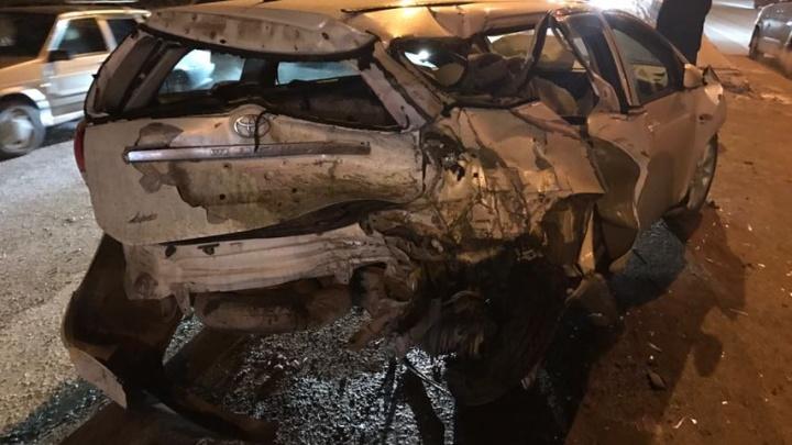Nissan не успел перестроиться и жёстко ударил Toyota на Бердском шоссе