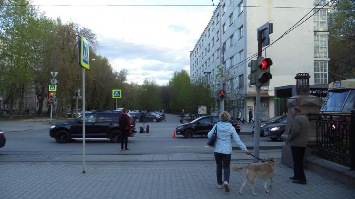 Камера видеонаблюдения сняла, как в центре Екатеринбурга иномарка сбила женщину