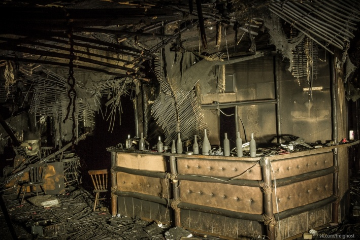 Барная стойка в клубе уцелела. В основном горел потолок