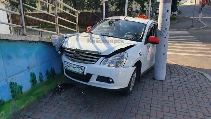 Видео: таксист врезался в подпорную стену после странного манёвра женщины на «Опеле»