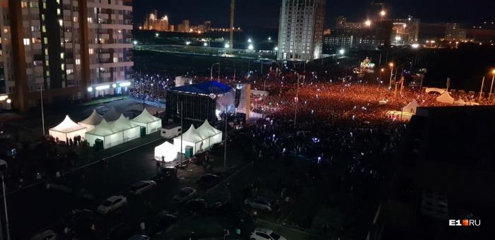 Толпы людей вытоптали газоны в Академическом, потому что  концерты Лободы и «Зверей» стали самой популярной площадкой Дня города