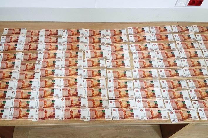 Сумма денег свыше 10 тысяч долларов подлежит декларированию