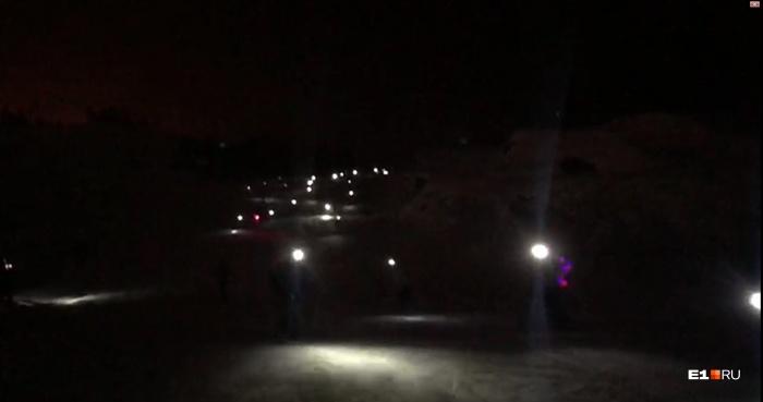 Спортсмены съезжали с горы в полной темноте