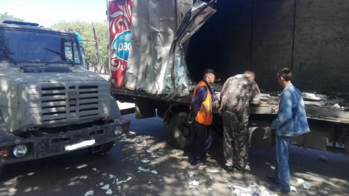 Корейский грузовик зацепился за ЗИЛ и оставил на нём кусок кузова