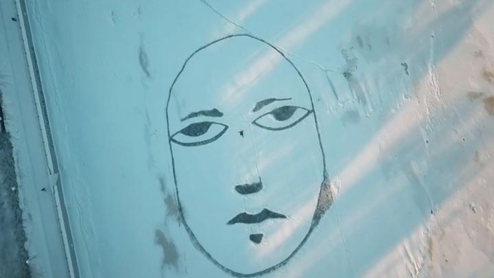 Пермский художник Sad Face нарисовал грустное лицо на Каме. Сравниваем его с прошлым годом