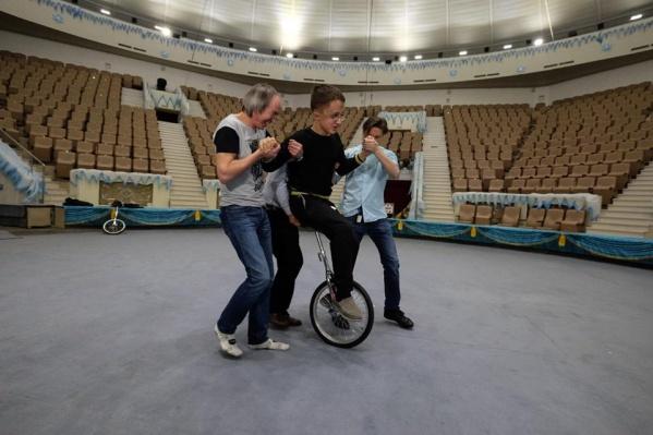 Дима мечтает научиться ездить на моноцикле и уже пробовал его освоить
