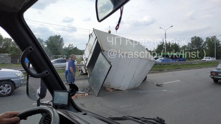 Грузовик с кирпичами перевернулся на повороте у Бадалыка