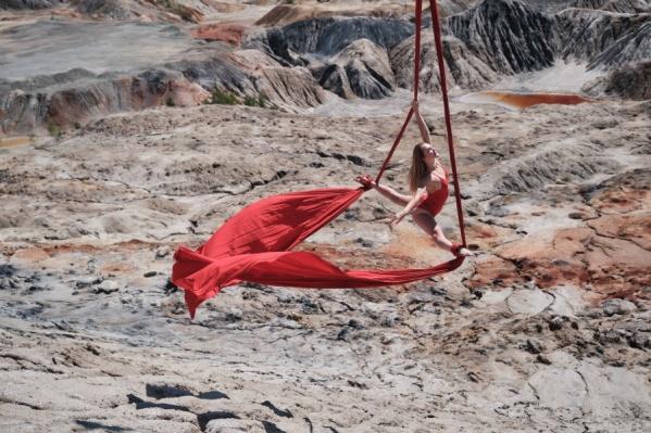 Фантастическая долина из глины притягивает к себе туристов, как магнитом. Вот и гимнастка не удержалась, устроив тут креативную фотосессию