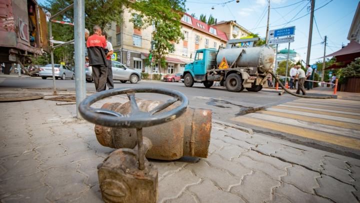 В центре Ростова из-под асфальта забил коммунальный фонтан