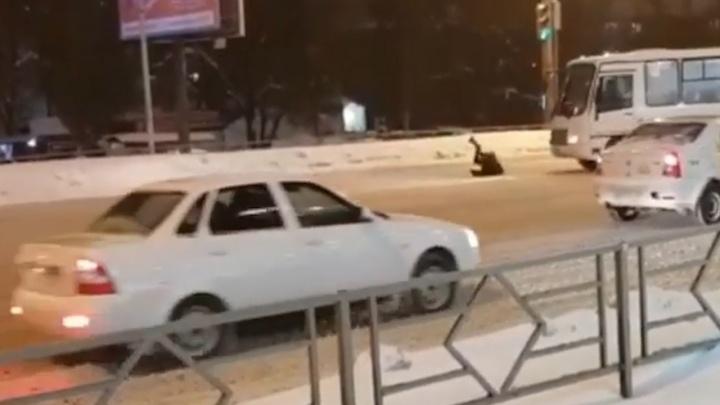 На Авроре пешеход прыгнул на автобус: видео момента происшествия