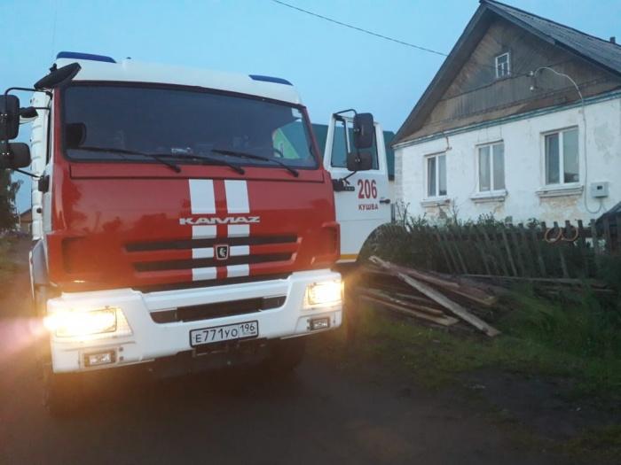 Сотрудники МЧС освободили от поваленных деревьев трассу и частный сектор
