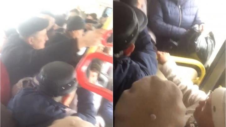 «За людей не считают». Тюменцы сняли на видео сильную давку в автобусе и передали привет губернатору