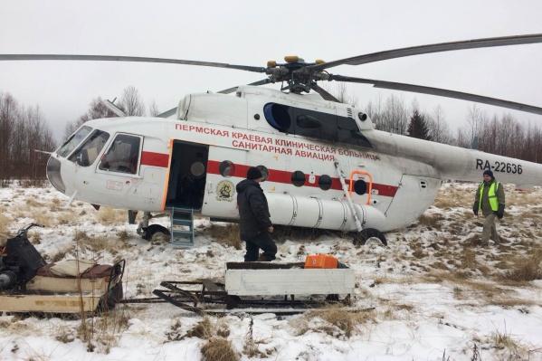 Пациента довезли на санях, прицепленных к снегоходу, а потом погрузили в вертолет