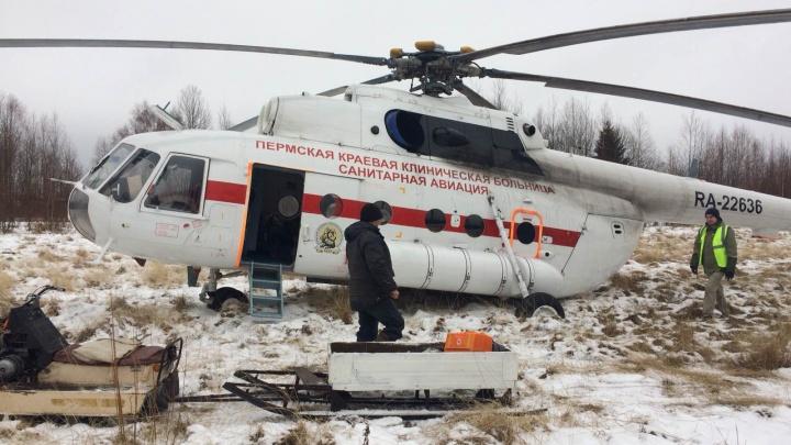 На снегоходе и вертолете: из отдаленной деревни в Прикамье врачи экстренно эвакуировали мужчину