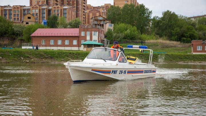 Мужчина выпал из лодки в Обском море: на помощь пришли спасатели