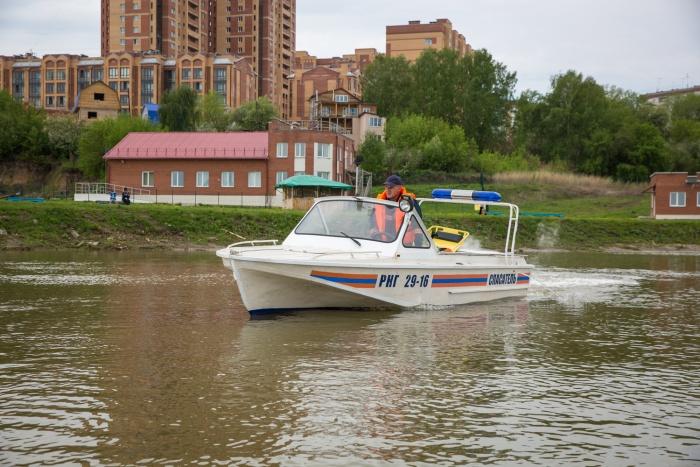 Мужчина упал в воду с резиновой лодки