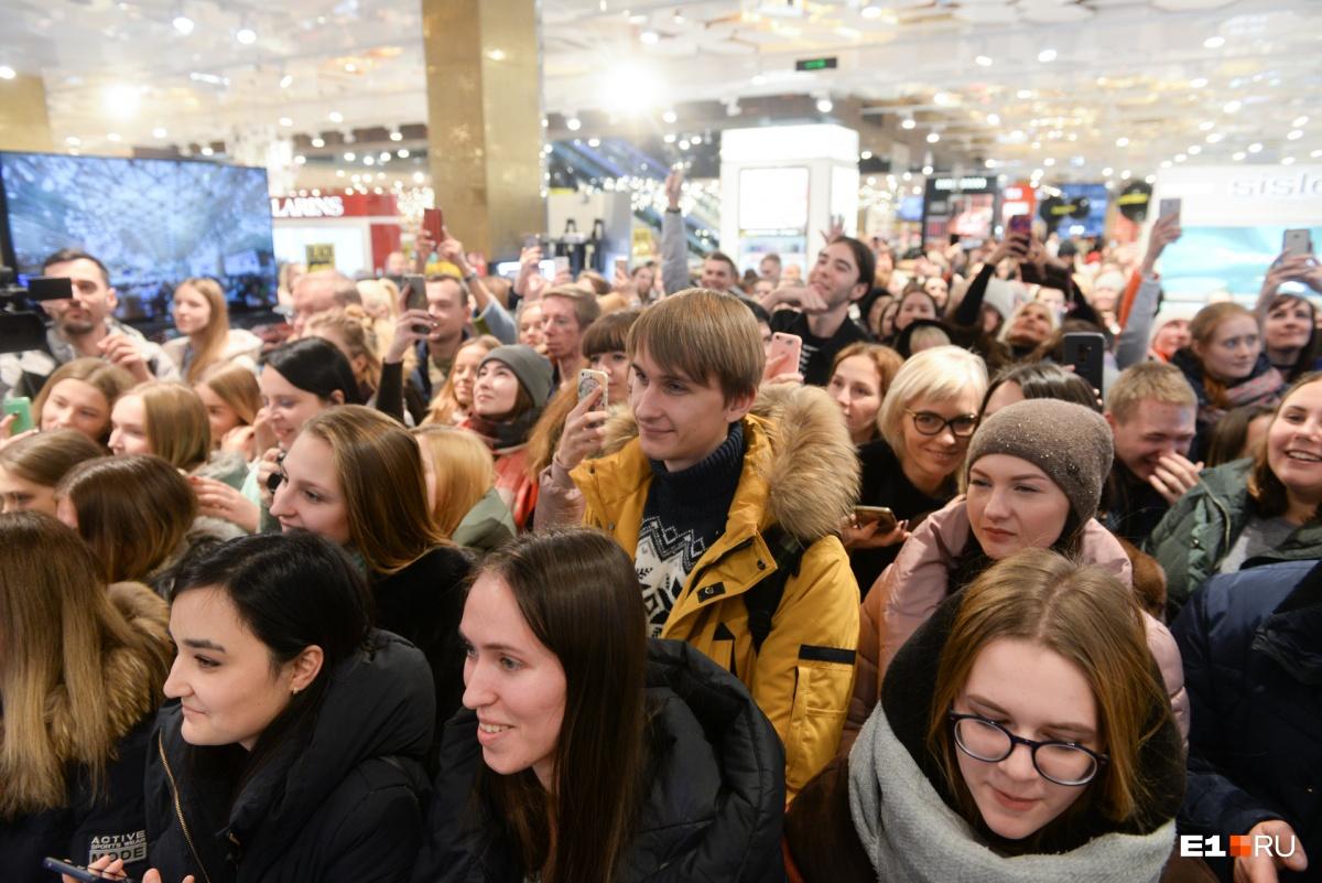 «Пустите, я с ребенком!»: фанаты устроили давку на встрече со Светланой Лободой в Екатеринбурге