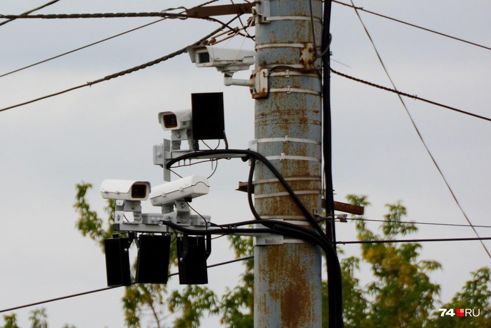 Новые камеры на пересечении Кашириных и Краснознамённой заменили комплексы, висевшие под мостом со Свердловским